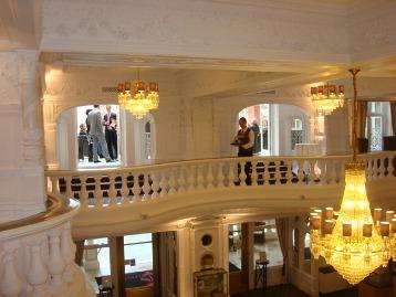 מרפסות ושנדליירים במלון סנט ארמיס בלונדון